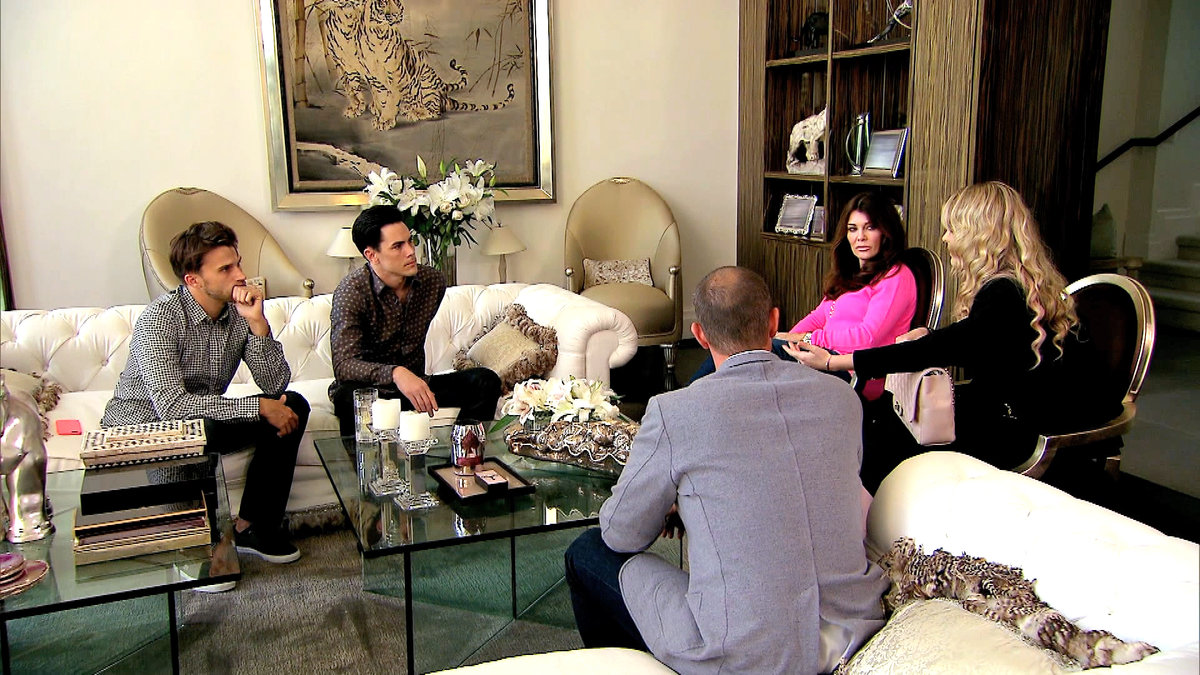 lisa vanderpump and staff listening to tom and toms business idea