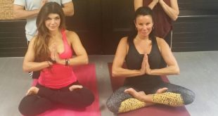 teresa-giudice-and-danielle-staub-doing-yoga